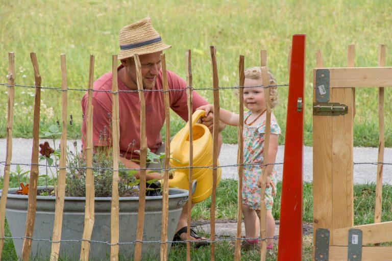 Ida hilft Papa beim Gießen